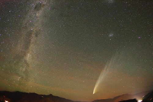 Comet McNaught Over New Zealand. Credit & Copyright: Minoru Yonet